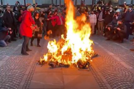 LOGORSKA VATRA PRED SKUPŠTINOM Protesti u Sloveniji, demonstranti vikali: Smrt janšizmu - sloboda narodu (VIDEO)