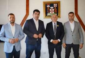 """Načelnik opštine Lopare Rado Savić sastao se sa predstavnicima Udruženja """"Koreni"""" (FOTO)"""