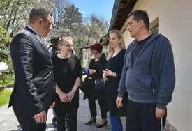 """""""Srpska sela su neobnovljena, bez puteva i struje"""" Ministar Lučić posjetio porodicu Kovačić iz Livna (FOTO)"""