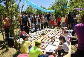 Piknik na mjestu buduće ZELENE OAZE: Banjalučani umjesto na koncertima,  9. maj proslavili u prirodi (FOTO)