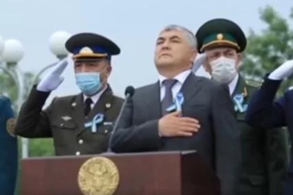 Ne mogu biti zbunjeniji od ovoga: Ljudi gledaju i ne vjeruju šta rade oficiri iza predsjednika Uzbekistana (VIDEO)