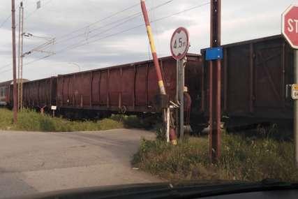 Teretni voz udario automobil: Dvije osobe teško povrijeđene
