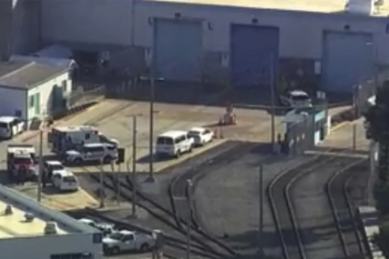 PUCNJAVA U KALIFORNIJI Napadač otvorio vatru kod voznog terminala, ima stradalih (VIDEO)