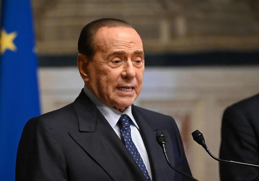 """""""Ovo nije vrijeme za čitulje"""" Silvio Berluskoni nakon pet dana izašao iz bolnice"""