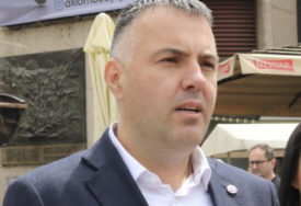Na sjeveru Kosova eskalirale tenzije: Siniša Vidović pružio podršku Srbima na prelazu Brnjak (VIDEO)
