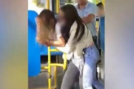 """""""Bilo ih je nemoguće razdvojiti, kao da VUČEM DEBLO"""" Vozač autobusa u šoku nakon incidenta u kojem su se potukle djevojke"""