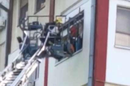 Izbio požar u zgradi u Novom Sadu: Stanari zarobljeni, vatrogasci KROZ PROZOR SPASAVALI STANARE, među njima i beba