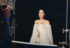 TREND POVRATKA STARIM LJUBAVIMA Anđelina Džoli uslikana sa flašom vina kako ulazi u zgradu bivšeg supruga (FOTO)