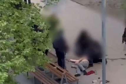 SRPKINJA BRUTALNO UBIJENA Pijan ženi pucao u glavu, pa sjeo ispred zgrade i nastavio da pije