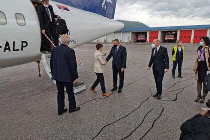 DOČEKAO IH PREMIJER VIŠKOVIĆ Delegacija Vlade Srbije stigla na sarajevski aerodrom (FOTO)