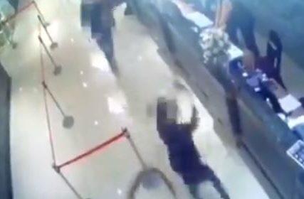 Incident u ugostiteljskom objektu: Dvojica muškaraca uletjeli u restoran pa bacili hiljadu bubašvaba u vazduh (VIDEO)
