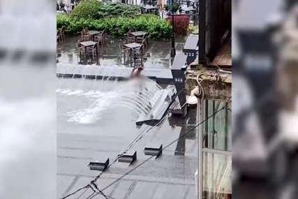 Šta radi NAG MUŠKARAC u fontani: Nesvakidašnji prizor u Beogradu (VIDEO)