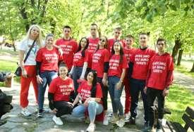 """""""Ovdje smo bili samo turisti"""" Banjalučki maturanti privukli pažnju SNAŽNOM PORUKOM koju nose na majicama (FOTO)"""