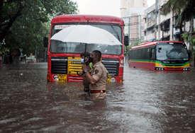 CIKLON I KORONA ODNOSE ŽIVOTE Broj zaraženih u Indiji se smanjuje, ali nezapamćena oluja pogoršava zdravstvenu krizu