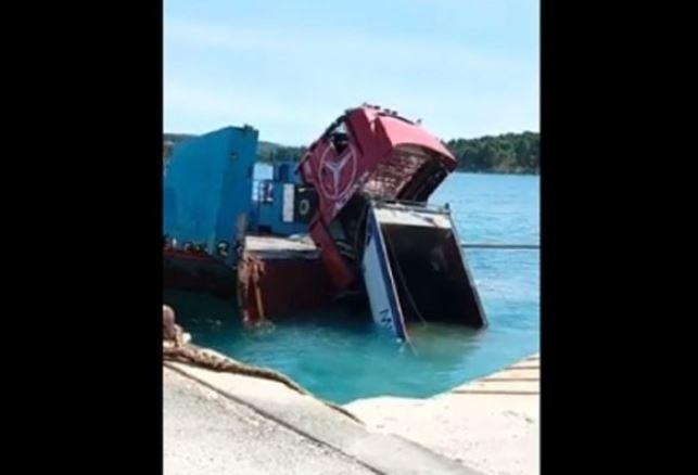 NEZGODA KOD HVARA Kamion pao u more (VIDEO)