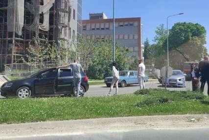 Saobraćajka u Banjaluci: Sudar dva automobila na kružnom toku (FOTO)