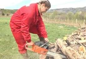 """Lidiju s razlogom zovu """"TATINA MUNJA"""": Djevojka vozi traktor, siječe drva i prehranjuje majku i sebe radeći teške poslove"""