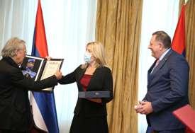 Nobelovcu na poklon FLAŠA DOMAĆE RAKIJE: Dodik istakao da je posjeta Handkea važna za Srpsku