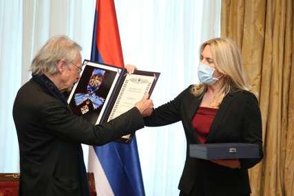 """""""To je velika stvar"""" Cvijanovićeva uručila Handkeu Orden Srpske za izuzetan rad i zasluge na polju kulturnog i duhovnog razvoja (FOTO)"""