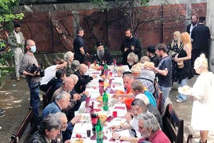 Pješači kilometrima, ruča sa beskućnicima: Patrijarh Porfirije pokazao da razumije svoj narod, da li smo na putu da dobijemo novog Pavla