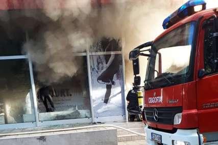 VATROGASCI NA TERENU Izbio požar u prodavnici sportske opreme