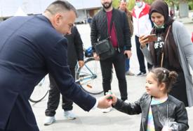Jaje obradovalo djevojčicu: Siniša Vidović malu Arapkinju upoznao sa vaskršnjim običajem (FOTO)