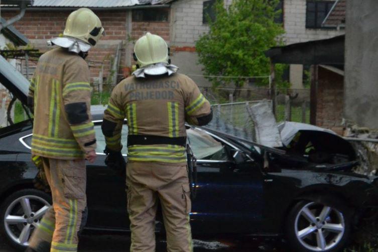 Automobilom se ZAKUCAO U KUĆU: Vozač teško povrijeđen u saobraćajnoj nesreći u Prijedoru (FOTO)