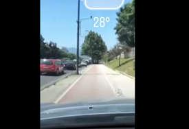 BAHATA VOŽNJA Preticao kolonu automobila u Sarajevu vozeći trotoarom (VIDEO)
