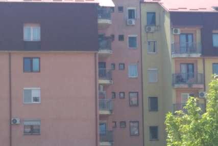 Pala sa petog sprata zgrade u Bijeljini: Maloljetnica zadobila frakture karlice i pršljenova, liječenje nastavlja u UKC RS (FOTO)