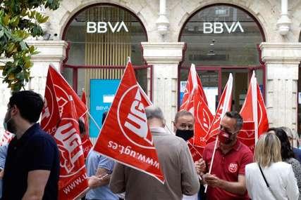BIJESNI I OGORČENI Radnici banke u štrajku zbog najavljenih otpuštanja