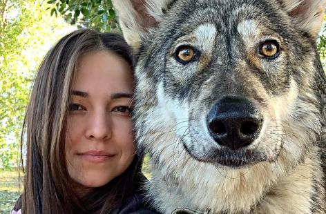 Djevojka spasila vučicu kada je imala tri dana, danas je ona dio njene porodice (FOTO)