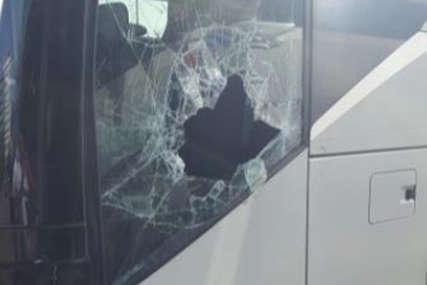 NAPAD CIGLAMA Kamenovan autobus srpskog autoprevoznika u Skoplju (VIDEO)