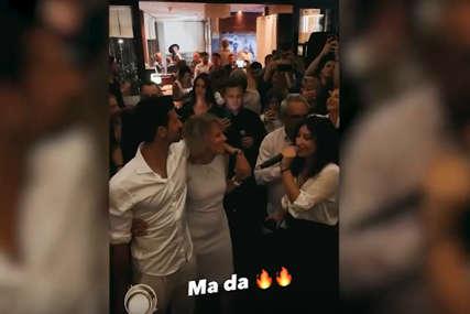 """Majka Dijana na ivici suza grlila Novaka i pjevala """"Ponosim se srcem svim, iz Srbije dolazim"""" (VIDEO)"""