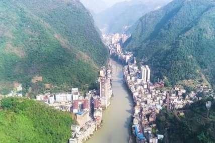 Ovo je NAJUŽI GRAD NA SVIJETU: Okružen je strmim planinskim liticama, a komšije dijeli samo rijeka (VIDEO)