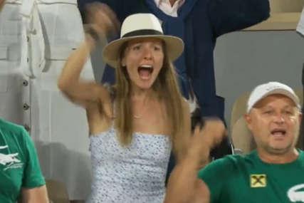 Jelena ovim potezom ostavila bez teksta: Nakon Novakove pobjede obukla majicu sa njegovim likom, u natpis su svi gledali (FOTO)