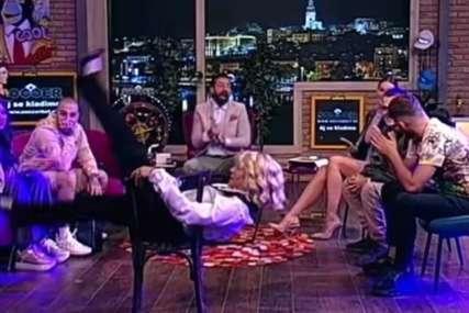 Sjela na stolicu i podigla noge, gosti zanijemili: Jovana Jeremić usred emisije počela da se skida, pa se uvijala (VIDEO)
