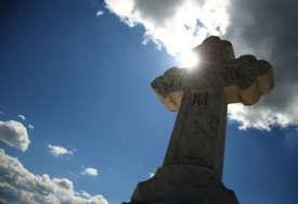 VANDALIZAM NA KOSOVU Polomljeni krstovi na srpskom pravoslavnom groblju