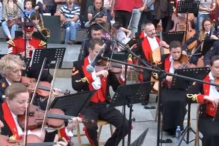 """Uljepšalo mi je veče"" Koncert srpskog i britanskog vojnog orkestra na otvorenom (VIDEO)"