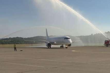 UZ VODENE TOPOVE U Banjaluci svečano dočekan prvi let iz Tivta (FOTO)