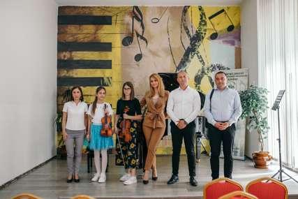 Za male virtuoze: Mozzart poklonio violine Muzičkoj školi u Bijeljini (FOTO, VIDEO)