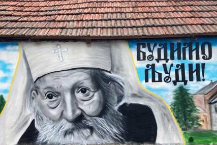 """""""BUDIMO LJUDI"""" Oslikan mural sa likom patrijarha Pavla na crkvi u Požegi, a uz portret stoji njegova najpoznatija poruka"""