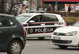 Teška saobraćajna nesreća: Vozač motocikla od siline sudara sa automobilom odbačen na tramvajske šine