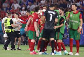OVO NIKO NIJE VIDIO Ronaldo iza kamera odgurnuo dječaka