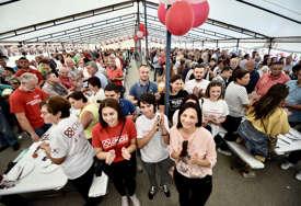 Ne može bez šatora: Da li opštenarodno veselje ostaje GLAVNI ADUT komunikacije političara s građanima