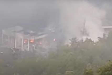 """EKSPLOZIJA U FABRICI Helikopteri bacili 48.000 litara vode na mjesto požara u """"Slobodi"""""""