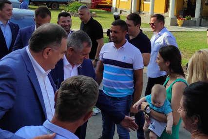 """""""RADNI I VRIJEDNI LJUDI"""" Dodik, Višković i Cvijanovićeva posjetili domaćinstvo Mihajlović"""