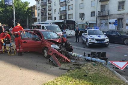 STUB PAO NA DIJETE Vozaču pozlilo, sišao s kolovoza i udario u semafor