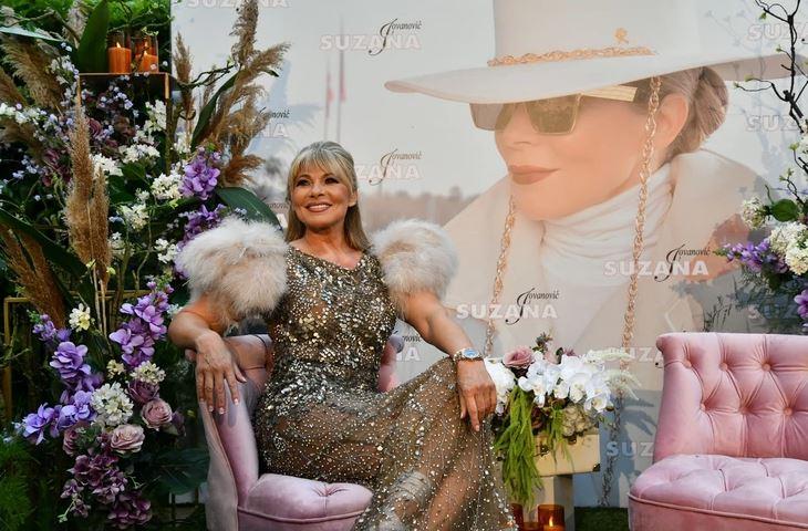 Dočekala goste sa perjem na ramenima: Supruga Saše Popovića se vraća u muziku