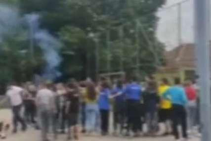 Užas u školskom dvorištu: Otac prekinuo proslavu maturanata, pa BRUTALNO PRETUKAO SINA (VIDEO)