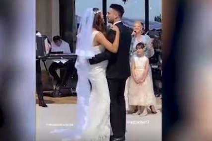 Bajkoviti prizori sa svadbe unuka Šabana Šaulića: Vjenčanje usred vinograda, a ona im je pjevala na prvom plesu (VIDEO)